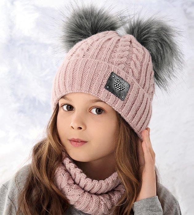 różowy komplet na zimę czapka z dwoma pomponami i komin